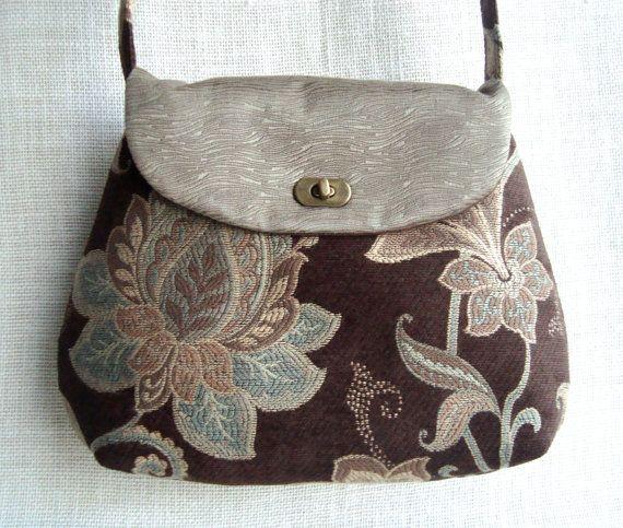 """Este bolso bandolera está hecho a mano con telas de color marrón y verde tapiz con un patrón floral - Cuenta con un cierre de bloqueo giratorio de color latón antiguo. Incluye 2 bolsillos interiores. Totalmente forrado con tela de algodón de alta calidad.Dimensiones aproximadas en posición horizontal: 11,8 """"o 30 cm de altura, de arriba a abajo 14.5 """"o ancho de 37cm de lado a lado en su punto más ancho 42,5 """"x1. 5 """"o 108 cm x 3,5 cm Correa *"""