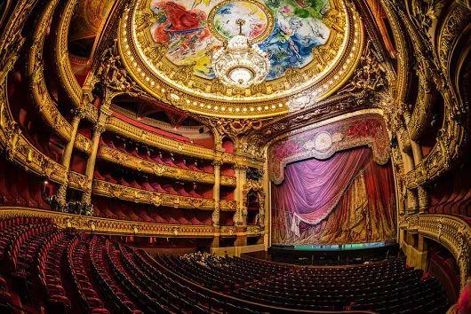 Dnes si pripomíname Európsky deň opery - iniciovala ho organizácia Opera Europa, popredná servisná organizácia pre profesionálne operné spoločnosti a operné festivaly v Európe so sídlom v Bruseli.