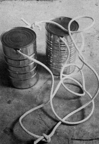 walky talkies, maar ook loopblikken of, gaatjes erin, aan een stok monteren en dan stekelbaarsjes vangen..... Multi gebruik :)