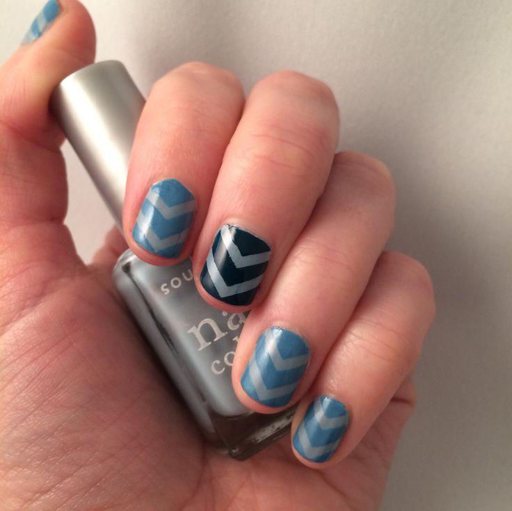 Nail art. Blue chevrons.