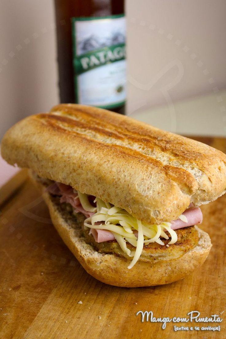 Esse Sanduíche de Berinjela à Milanesa é dos Deuses, seu almoço ou lanche nunca mais será o mesmo. Clique na imagem para ver a receita lá no blog Manga com Pimenta.