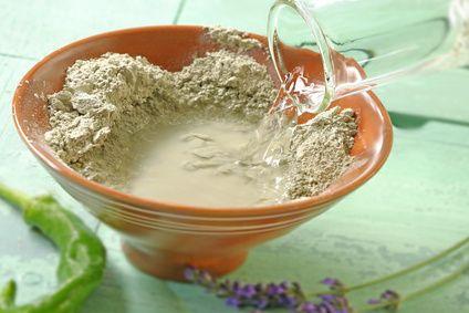 Grand-mère utilisait toujours de l'argile verte pour soulager une tendinite. Découvrez vite ce remède naturel pour calmer la douleur.