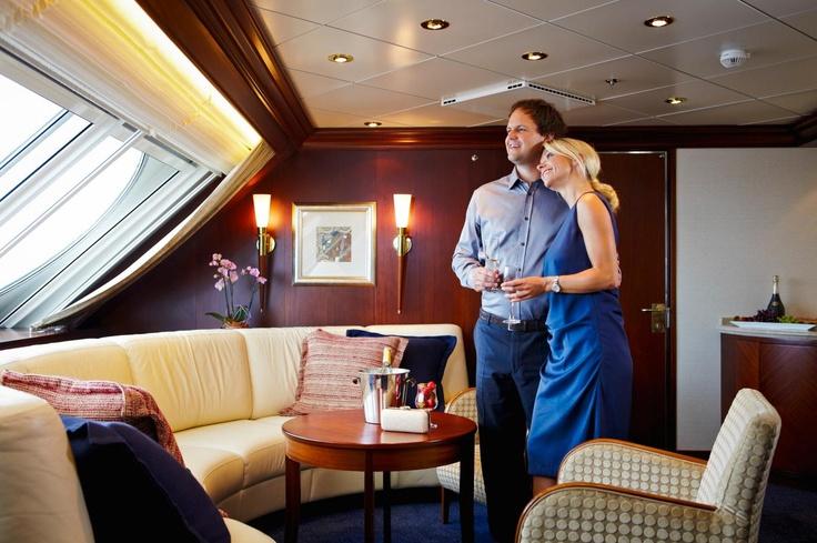 Die Owner's Suites auf den Decks 10 und 11 sind nicht nur die größten und schönsten Kabinen an Bord unserer Kreuzfahrtschiffe, sondern bieten Ihnen eine faszinierende Aussicht über den Bug hinaus aufs Meer - genau wie der Kapitän!