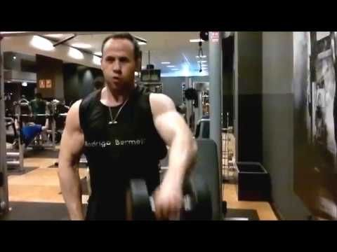 Da forma a tus hombros - deltoide lateral. Elevaciones laterales con mancuernas de pie - YouTube