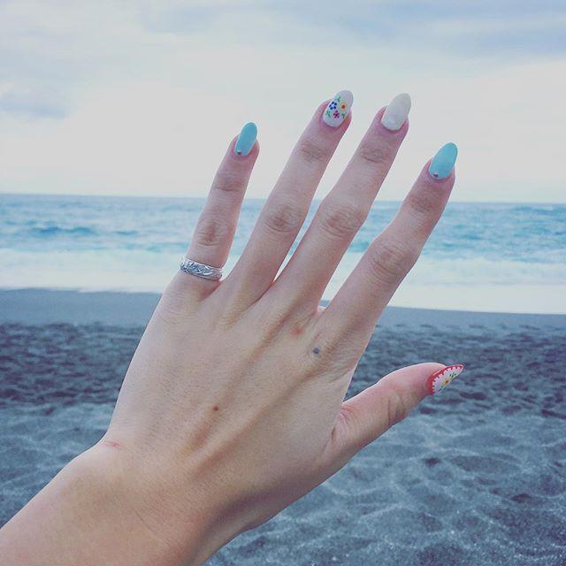 . 桂浜 ビーサン履いてる人うちら以外にいなかった . #ネイル#刺繍ネイル#セルフネイル#ジェルネイル#海#ビーチ#やっぱり海が好き#ハワイアンジュエリー#ハワジュ#blue#hawaiianjewelry#pinkyring#ring#jelnail#japanesenail#katsurahama#genic_blue#genic_mag