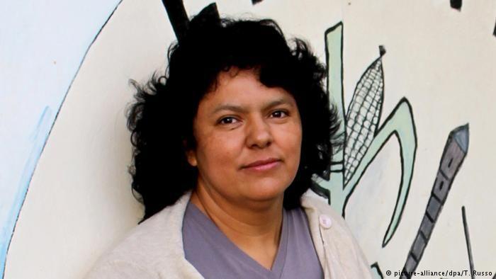 Policías alteran investigación de asesinato de Berta Cáceres Dos agentes detenidos en Honduras por aportar  pruebas falsas en la pesquisa relacionada con el homicidio de la  activista por el medio ambiente, informó el Ministerio Público de ese  país. http://www.dw.com/es/polic%C3%ADas-alteran-investigaci%C3%B3n-de-asesinato-de-berta-c%C3%A1ceres/a-41457181