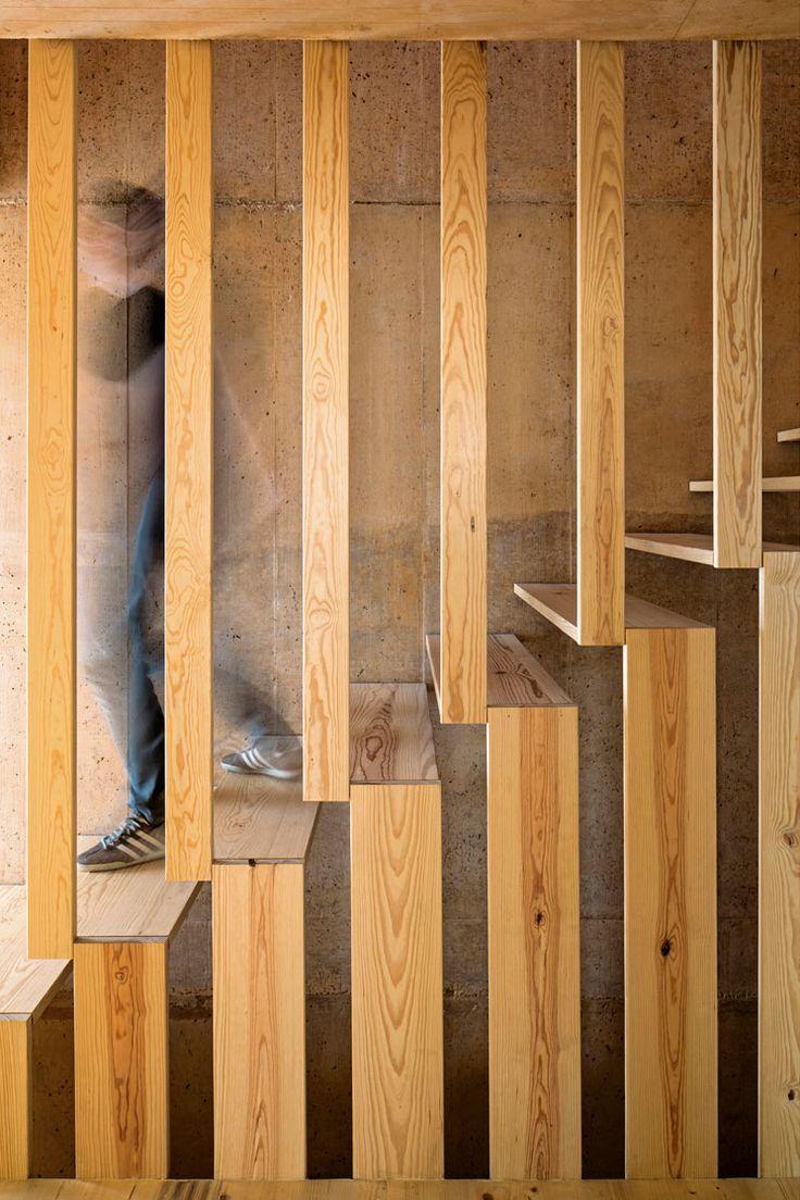 Een trap kan op diverse manieren worden uitgevoerd. Ze House in Palmela, Portugal by PARATELIER.