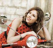 Une Femme Dans Le Maquillage Sur Un Rétro Scooter Rouge - Télécharger parmi plus de 55 Millions des photos, d'images, des vecteurs et . Inscrivez-vous GRATUITEMENT aujourd'hui. Image: 38367781