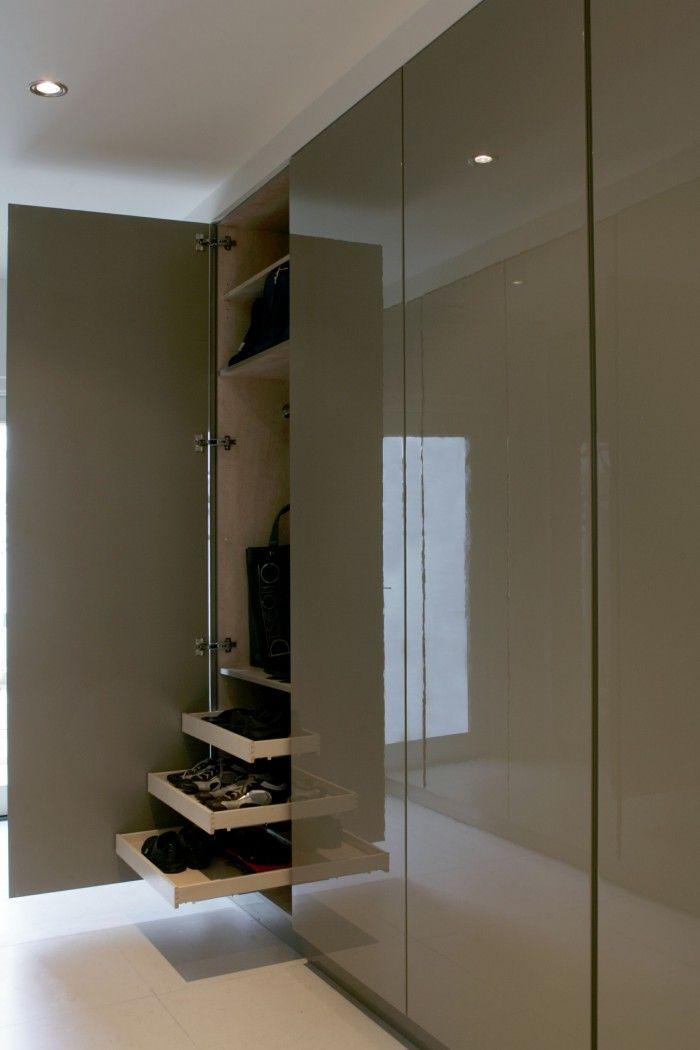Modern interieurontwerp met een klassieke twist - Kledingkast. Hoogglans kast, kleur volgens staal. Greeploos.