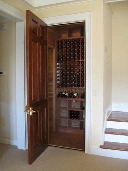 Aproveitamento de espaço com design clássico. Ótima ideia... traditional wine cellar by Kessick Wine Cellars