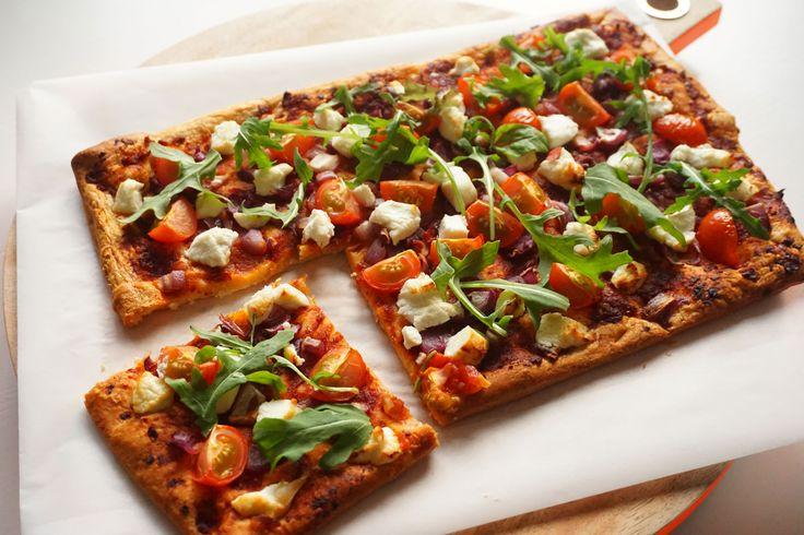 Deze snel gemaakte plaattaart is door zijn tomatentapenade, geitenkaas en rode ui een lekkere variant op een pizza. Heerlijk voor het avondeten of als snack