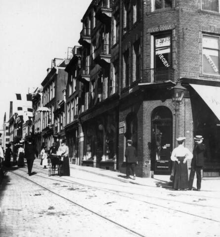 Gezicht in de Lange Viestraat te Utrecht met de huizen aan de zuidelijke straatwand. 1904