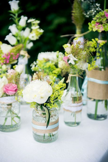 bloemen in vazen met versiering