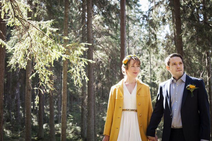 Aurinkoinen hääkuva metsässä, morsiamella keltainen takki