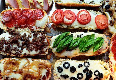 Fransız Usulü Ekmek Pizzası, reçetesiz bir tarif. Dilediğiniz malzemeyi ekmeklerin üzerine ekleyip, kendi harika kombinasyonunuzu yaratabilirsiniz. Yapımı;