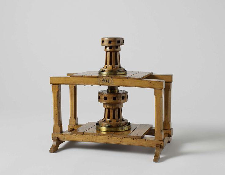 Cornelis Soetermeer | Model van een dubbele kaapstander, Cornelis Soetermeer, c. 1821 | Model van een dubbele kaapstander in een houten frame dat twee dekken voorstelt. De bovenste kaapstander is voor acht windbomen, de onderste voor tien. Beide hebben vier pallen in de voet tegen het teruglopen. De bovenste kaapstander heeft een holle houten koning, waarbinnen de verlengde metalen koning van de onderste kaapstander loopt; met twee ijzeren spieën door de bovenste trommel worden de twee…