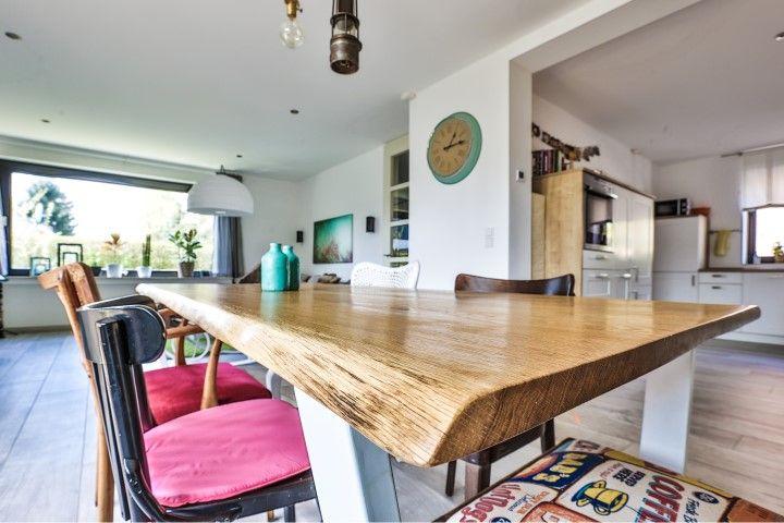 MÖBELLOFT Wildeiche Massivholz Tischplatte mit Baumkante in einer wundervoll verspielten Shabby Chic Vintage Unmgebung #Tisch #Massivholz #Wildeiche #oak #Eiche #Table #furniture #interior #Möbel #Möbelloft #steel #stahl #wood #Holz