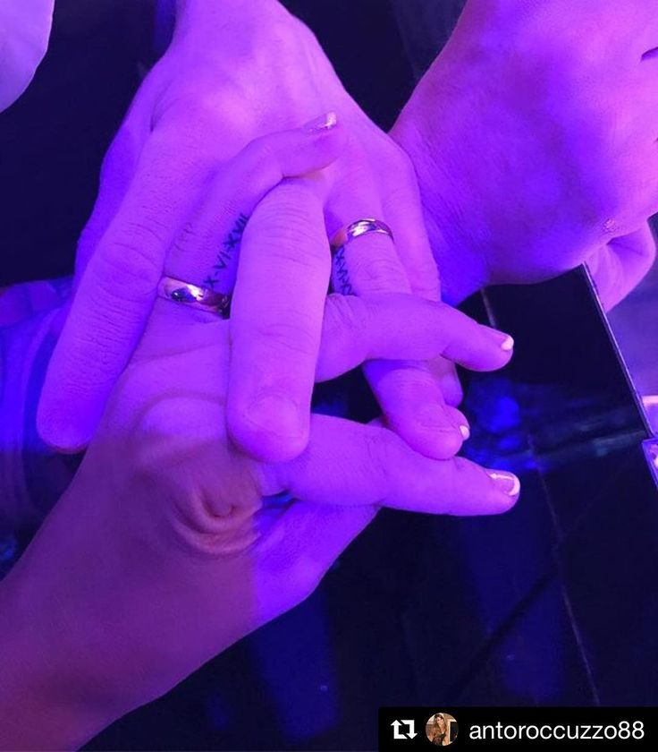 Leo Messi y Antonela Roccuzzo sellan su amor con anillo... ¡y tatuaje! Se han grabado, en el lateral de su dedo anular, la fecha de su boda con números romanos: XXX-VI-XVII (30-6-17). 💍💑 #messi #leomessi #antonelaroccuzzo #tatoo #boda #novios #tatuaje