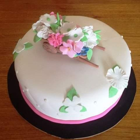 #Floral #cake by Volován Productos  #fondant #instacake #Chile #puq #VolovanProductos #Cakes #Cakestagram