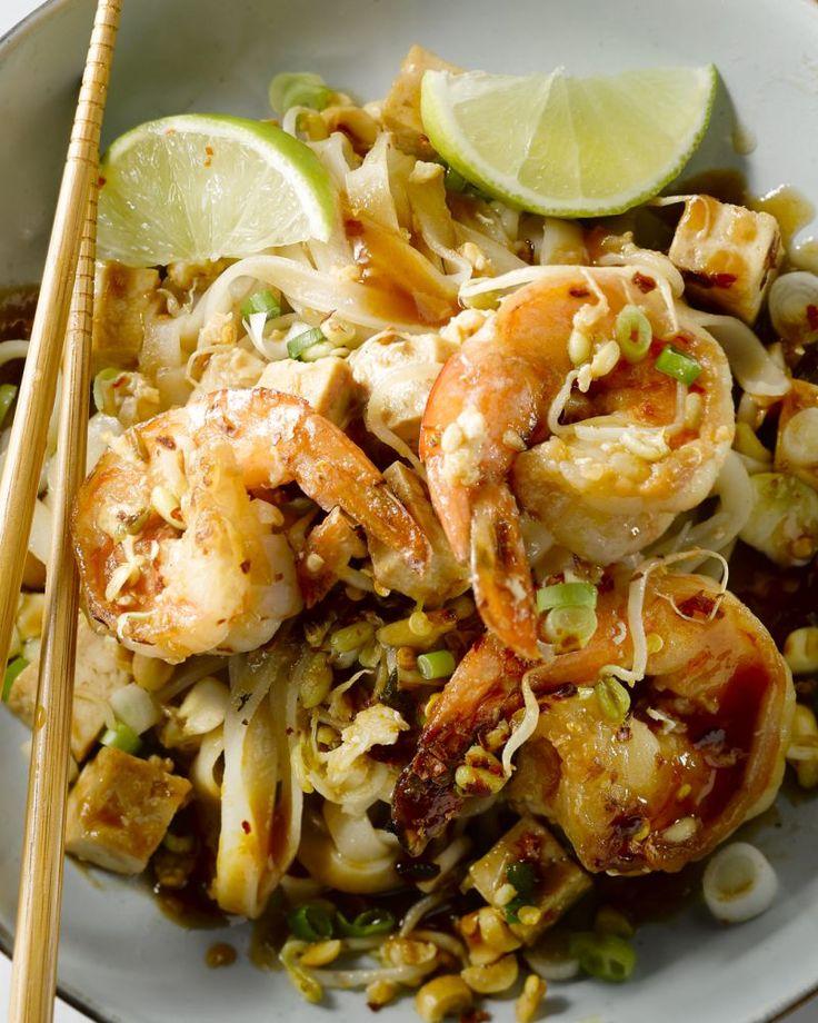 Breng de Thaise streetfood keuken in huis met deze eenvoudige versie van Pad Thai met scampi. Vergeet niet af te werken met limoen en crunchy pinda's!