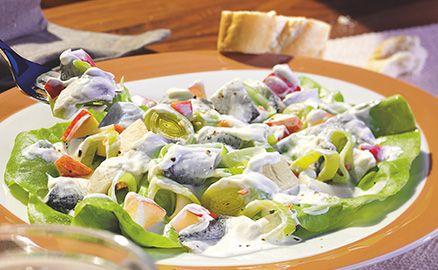 Die köstlichen Heringstücke mit süßen Äpfeln und würzigem Meerrettich verleihen dem Salat eine fruchtige Frische.