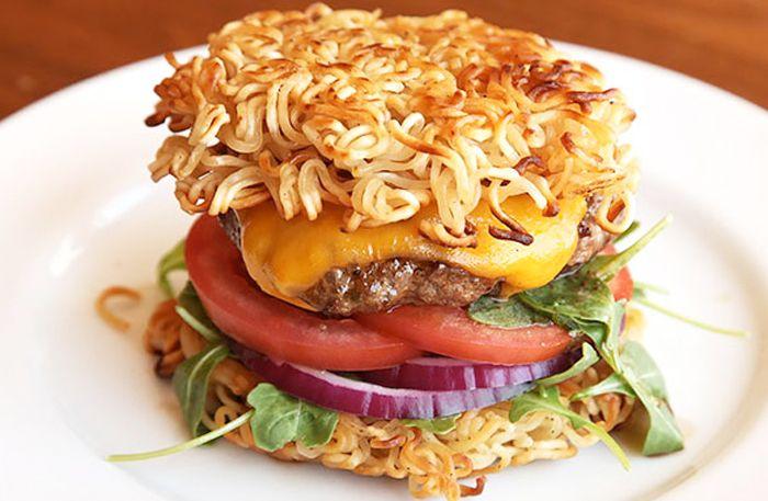 Ramenburgare med hamburgerbröd på nudlar
