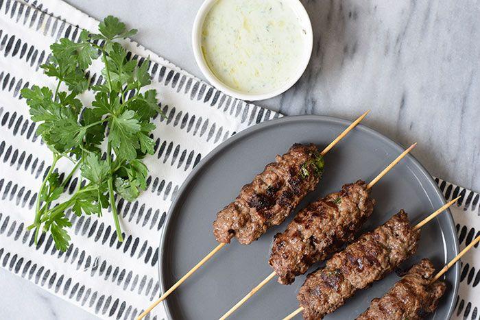 Deze low FODMAP köfte spiesjes met zelfgemaakte tzatziki zijn een lekker Turks BBQ gerecht. Je kunt ze ook in een grillpan maken. Glutenvrij en lactosevrij.