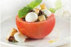 O reteta de rosii umplute foarte gustoasa si sanatoasa, un aperitiv rece perfect in zilele calde. Pentru aceasta reteta de aperitive cu rosii se recomanda mozzarella Granarolo.