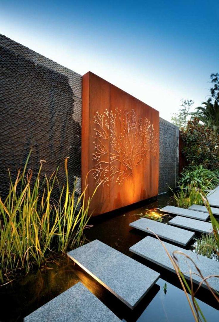 aménagement jardin moderne avec brise-vue original en bois et ardoises