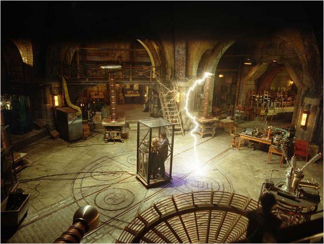 Escena de la película el aprendiz del Brujo las Bobinas de tesla