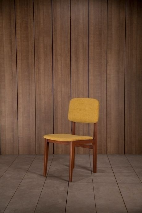 this yellow scandinavian chair is inspired from the fifties design from famous designer such as Perriand and Prouvé