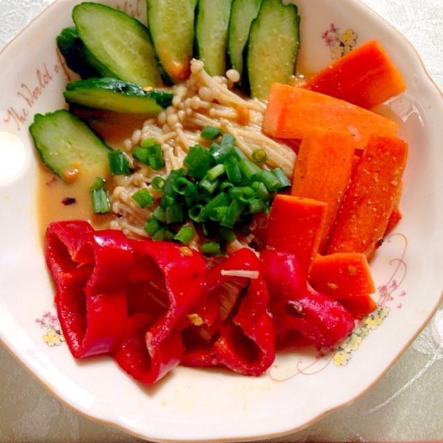 ひんやりヘルシー(^o^)  辛味も入れるとより夏らしく満腹メニューになりました♪  おいしく楽しくヘルシー達成*\(^o^)/* - 33件のもぐもぐ - えのきそうめんwith野菜☆味噌だれver by tomomi162