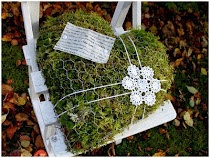 Moss-filled heart made of chicken-wire