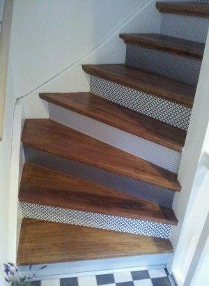 Tip: de stootborden van de trap bekleden met behang en als toplaag matte bootlak erover, leuk!