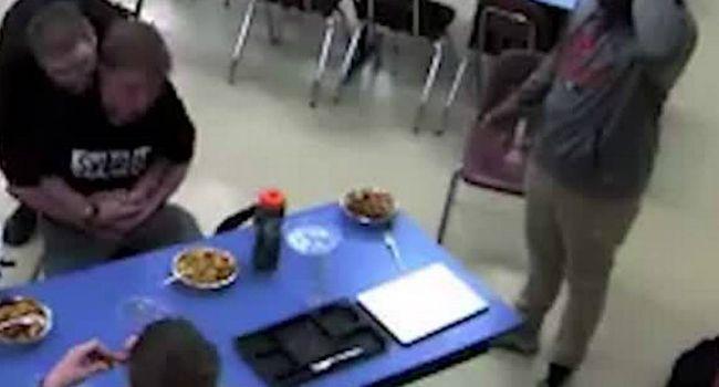 Estudante Salva Amigo Que Se Engasgou Com Comida, Fazendo a Manobra De Heimlich