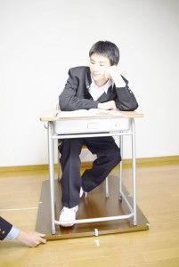 09_0097_a_目高_学校机・頬杖をつく(学ラン)