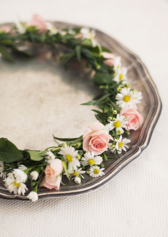 Blomsterkrans med rosa rosor och marguetiter