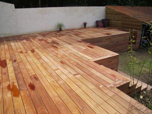 Construire terrasse en Cumaru sur jardin avec escalier en bois
