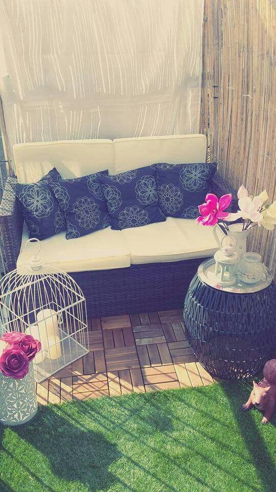 Kleiner Balkon Dekoidee Kunstblumen, Kunstrasen und Terrassenfliesen, Vogelkäfig mit Kerzen, Sofa, Sichtschutz mit Bambus und Vorhängen, Outdoor Tisch