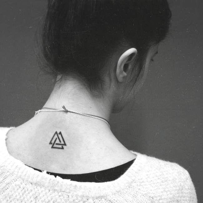 Tatouage femme Triangle Noir et gris sur Nuque