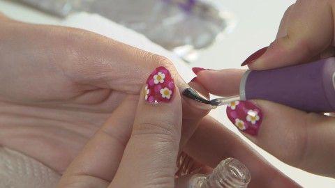 [BEAUTÉ] Des fleurs au bout de mes ongles  Le nail art consiste à avoir de véritables oeuvres d'art sur vos ongles. Très prisé des célébrités comme Rihanna ou encore Lady Gaga, il n'en reste pas moins technique. Aujourd'hui Sandrine s'est intéressée pour vous à une nouvelle tendance en vogue : le nail art jardin fleuri ! - Comment ça va bien ! - France 2