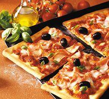 Schinkenpizza mit Champignons und Oliven - für das ausführliche Rezept auf das Bild klicken!