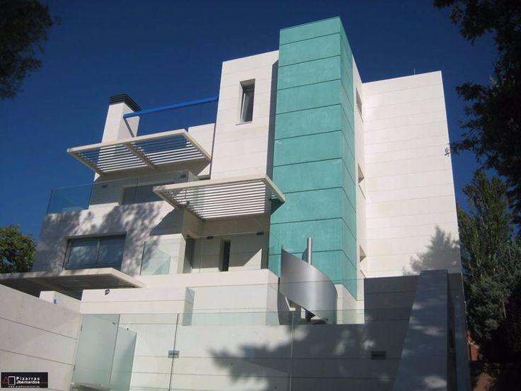 fachada de vivienda unifamiliar totalmente realizada en piedra natural atenas para un resultado a nuestro