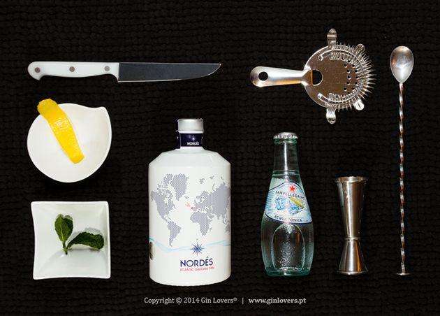 G Nordés T San Pellegrino B Limão, Hortelã menta O Nordés é um Gin proveniente da nossa vizinha Galiza que incorpora botânicos pouco habituais nos Gins tradicionais, como eucalipto, louro, um destilado de Alvarinho, salicórnia. Preparação 1. Adicione gelo de água minerale gele o copo 2. ...
