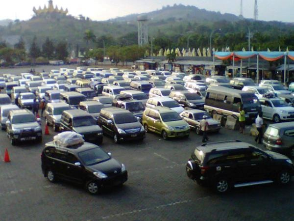 Antrian kendaraan pribadi di dermaga 3 pel Bkauheni Lampung sore ini - kangmas_doyok