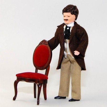 Junger Mann mit Weste (45029). Gesicht, Hände und Füße sind aus handbemaltem Plastolin, die Kleidung ist handgenäht. Gesamtgröße 14 cm. Die Stuhl gehört nicht zum Lieferumfang.