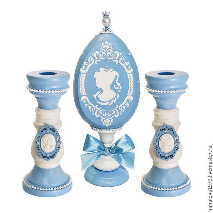 Купить или заказать Набор 'Грезы' (интерьерное яйцо и подсвечники) в интернет-магазине на Ярмарке Мастеров. Набор 'Грезы' выполнен в стиле Веджвуд. Фабрика Wedgwood была основана Джозайей Веджвудом (Josiah Wedgwood) в 1759 году. Заказчиками веджвудского фарфора были многие королевские семьи Европы и высокопоставленные особы. В числе ее ценителей — российская императрица Екатерина II. Веджвудский фарфор украшает собрания известнейших музеев, в том числе Эрмитажа и Петергофа, и до сих пор…