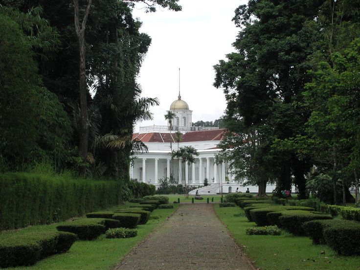 The Presidential Palace in #Bogor - adjoining the Bogor Botanical Garden, dating back to the early 1800s.