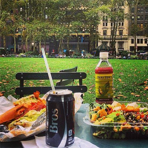 Pique-niquer à Bryant Park en allant chercher son pique-nique chez Butter & Bread dans la 5e avenue au niveau de la 31e street (sorte de halles qui regroupent plusieurs stands : un bar à salade, un coin sushis, un espace pizzas, un espace plats chinois étc)
