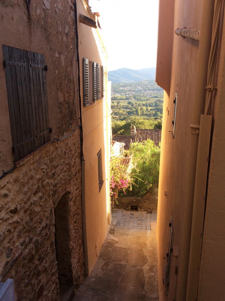 On a hill, Grimaud présents amazing views on the countryside and the sea nearby